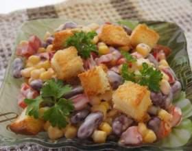 Салат з кукурудзою та сухариками: рецепт. Як приготувати салат з куркою і сухариками? фото