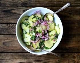 Смачний салат з огірків з червоною цибулею фото